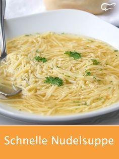Mit dem Rezept für eine schnelle Nudelsuppe ist im Nu eine köstliche Suppe zubereitet. Sowohl Kinder als auch Erwachsene werden dieses Rezept lieben. #nudelsuppe #rezept #suppe #gutekueche
