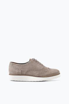Tea Lace -kengät, joissa mukava malli ja broguekuvio. Valkoinen pohja, jossa beige reuna. Paksu sauma pohjan reunassa ympäriinsä. Mustat pehmeää nahkaa, harmaat laadukasta mokkaa. Pienissä raakareunaisissa rei'issä kulkevat ohuet, pyöreät kengännauhat. Vaimentava, mukavasti kiilamainen pohja. Päällinen: mustien nahkaa, harmaiden mokkaa Vuori: mikrokuitua Sisäpohja: nahkaa Ulkopohja: kevyt, vaimentava EVA-ulkopohja, jossa kuvioitu kulutuspinta Koron korkeus: n. 3 cm koossa 37 Korokepohja: n…