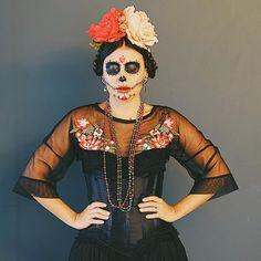 """Eu AMO uma montação de verdade. Carnaval pra mim não é bloco, é maquiagem. 😂 desde criança minha brincadeira preferida sempre foi """"ser outra pessoa"""", vestir personagens. Dessa forma eu abandono um pouco minha timidez. ❤️ #calavera #carnaval"""