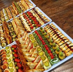 Nice food trays for party Party Food Buffet, Appetizer Buffet, Party Food Platters, Food Trays, Appetizer Recipes, Party Desserts, Finger Food Appetizers, Finger Foods, Appetizers Table