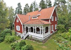Nationalromantik Swedish Cottage, Red Cottage, Cozy Cottage, Cottage Homes, Sweden House, Red Houses, This Old House, Home Porch, Small Cottages