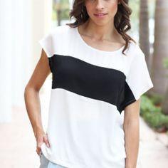 La camisa es de color blanco y negro. La camisa es pequeño y el costo de diez dolares