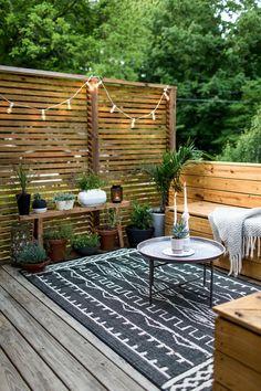 terrassen ideen kleine terrasse hölzerne möbel schöne minimalistische dekorationen kerzen tisch lampe
