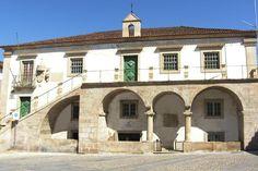 El Domus Municipalis es del siglo VI con sus arcos de medio punto, está situado en la Plaza del Mercado Viejo, centro de la villa medieval. A lo largo de su historia ha sido Tribunal y Prisión, Biblioteca Municipal y Delegación de la Cruz Vermelha. El campanario servía para anunciar la apertura y cierre de las murallas defensivas.