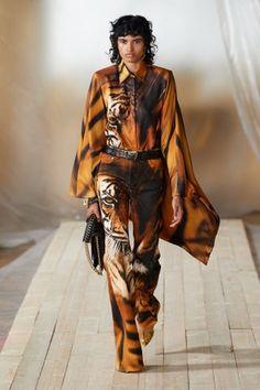 Runway Fashion, Fashion Show, Womens Fashion, Milan Fashion, Capsule Outfits, Celebrity Red Carpet, Red Carpet Looks, Roberto Cavalli, Ready To Wear