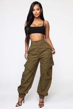 Baggy Pants Outfit, Baggy Cargo Pants, Olive Green Cargo Pants, Cargo Pants Women, Olive Pants, Trouser Pants, Grunge Outfits, Girl Outfits, Casual Outfits