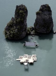 A floating auditorium for Thailand's Film on the Rocks Festival. 바다 위에서 영화를 감상한다면... 너무 멋져 울렁울렁하구만!