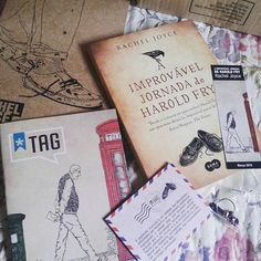 """Kit de março da @taglivros, o livro em questão já foi vencedor do prêmio britânico """"National Book Award"""" na categoria melhor livro de estréia. Tem como temas principais os sentimentos de amor,  amizade e arrependimento.  Nem preciso dizer o quanto estou curiosa não é?  #tagdelivros #books #bookaholic #photobook #literatura #racheljoyce #notinhasderodape"""