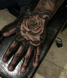 20 Woww Faszinierend über Tattoo Designs zur Hand - Tattoo Trends and Lifestyle Rose Flower Tattoos, Rose Tattoos For Men, Hand Tattoos For Guys, Hand Tats, Trendy Tattoos, Finger Tattoos, Tattoo Flowers, Bone Hand Tattoo, Skeleton Hand Tattoo