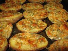 Această rețetă de cartofi la cuptor, cu dressing aromat de parmezan și usturoi…