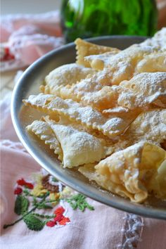 Frappe e bugie di Carnevale leggerissime e croccanti - dalle crose al mare Italian Desserts, Lemon Desserts, Mini Desserts, Italian Recipes, Dessert Recipes, Beignets, Venezuelan Food, Biscotti Cookies, Best Food Ever
