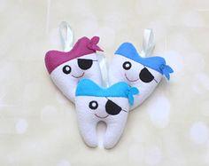 Pirata almohada hada de los dientes dientes bolsa dentista regalo encargado del diente del diente bolsa los niños almohada hada de los dientes bolsa hada de los dientes el bolso perdido del diente del diente Tooth Pillow, Tooth Fairy Pillow, Dental, Felt Crafts, Diy Crafts, Loose Tooth, Gifts For Dentist, Handmade Toys, Teeth