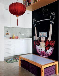 Descendente de chineses, o arquiteto Alan Chu uniu a tradição à necessidade. Escolheu a mesa oriental baixa para realizar as refeições. As cadeiras foram substituídas por futons, que, quando não são usados, ficam embaixo do móvel, economizando espaço