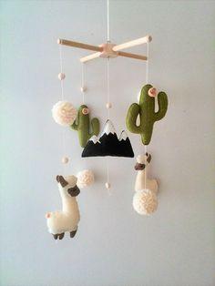 ♥ FAIT SUR COMMANDE ♥ Ce bébé mobile dans le style de Bohème a été inventé par mes soins pour ceux qui aiment les animaux exotiques et décore la Chambre des enfants dans des tons douces et chaud agréables à vos yeux. Lama ou alpaga alterne par douces pom-poms, cactus et la montagne. Le