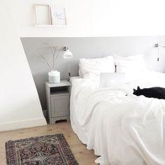 Kleur toevoegen aan een basic (slaap)kamer doe je heel makkelijk met... een #vloerkleed! Dit exemplaar kocht ik bij de #kringloop <3