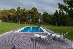 #Casa diseñada por los arquitectos Martín Distéfano y Griselda Rodríguez sobre el lote de un barrio residencial, esta casa extrema la premisa de integrar los ambientes entre sí y con el parque hasta lograr instaurar una verdadera continuidad. #Pool