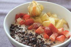 Wunderschön ist Johannas Frühstück:Milchreis mit Mango, Erdbeeren, Physalis, Schokosplittern und Zimt und (Birken)Zucker