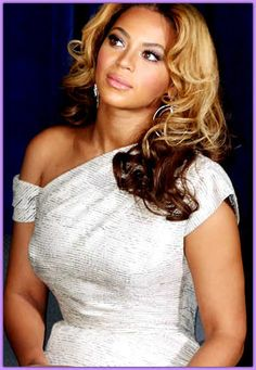 Beyonce always wears the softest, yet chic hairstyles which range from the long to the medium. In all her hairstyles, Beyonce completes the look with the bangs. New Hair Cut Style, Cut And Style, Hair Styles 2014, Short Hair Styles, Beyonce Tickets, Celebrity Measurements, Beyonce Style, Beyonce Music, Beyonce Beyonce