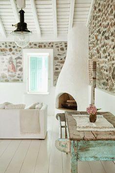 Este fin de semana nos vamos a Lesvos, una de las preciosas islas griegas que estoy loca por conocer. La casa que hoy visitamos es de piedra por fuera y blanco encalado por dentro con zonas también em