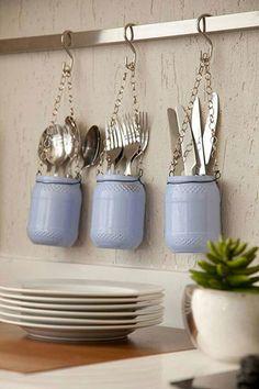 Pendure os talheres em potinhos de vidro