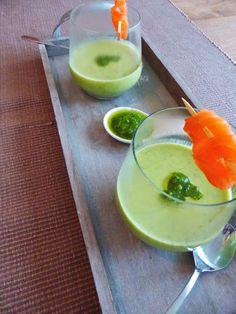 Courgettesoep krijgt zoveel meer smaak door de verse pesto en combineert prachtig met gerookte zalm aan een spiesje en wat pesto als garnering!