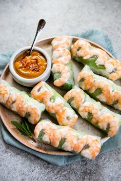 These fresh and healthy Vietnamese spring rolls are made with shrimp, vegetables, herbs, and rice noodles wrapped in rice paper. Serve the spring rolls with pea Vietnamese Recipes, Asian Recipes, Healthy Recipes, Ethnic Recipes, Vietnamese Food, Eat Healthy, Shrimp Spring Rolls, Shrimp Rolls, Thai Spring Rolls