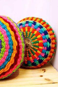almohadones redondos tejidos en telar