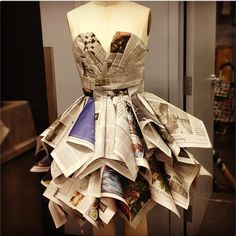 I like the bodice on this one Recycled Costumes, Recycled Dress, Recycled Clothing, Duct Tape Dress, Paper Clothes, Paper Dresses, Robe Diy, Newspaper Dress, Diy Vetement
