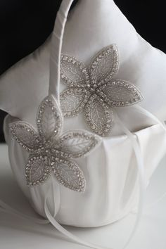 Off white wedding baskets / jewel ring bearer pillow / ivory flower girl basket / jewel wedding pillow / Ivory jewel baskets for petals Pillow measures: 7 inches x 7 inches (17.8 x 17.8 cm) *** PLEASE LET US KNOW IF YOU NEED DIFFERENT MEASURES OF PILLOW BEFORE WELL SHIP IT TO YOU :)