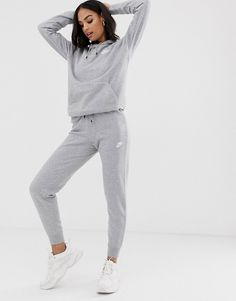 Shop the latest Nike gray essentials slim sweatpants trends with ASOS! Free delivery and returns (Ts&Cs apply), order today! Grey Nike Tracksuit, Grey Nike Sweatpants, Cute Sweatpants Outfit, Slim Joggers, Grey Joggers, Boyfriend Jeans Damen, Baggy Jeans Damen, Sporty Outfits, Nike Outfits