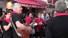 La Txaranga (groupe de musiciens de rue) #Kuxkuxtu reprenant une chanson traditionnelle #basque dans les rues de Saint Jean de Luz lors des Fêtes de la Saint Jean