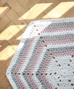 How to make a crochet hexagon rug | Combining super chunky t-shirt yarn with a simple sold hexagon crochet pattern to make a funky, stripy rug!