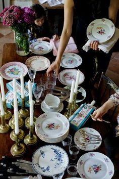 Mimi Thorisson's Picture-Perfect Dinner Party in France – Entertaining/Party Ideas Vintage Plates, Vintage Dishes, Shabby Vintage, Vintage China, Antique Dishes, French Dinner Parties, Dresser La Table, Mimi Thorisson, Mismatched China