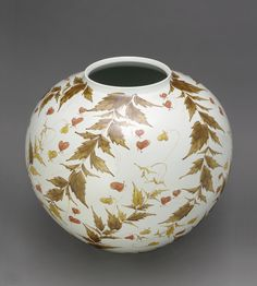 The plant circling this porcelain jar is known as balloon vine, which blooms in Japan during July and August.