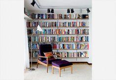 Prateleiras de tamburato, painéis estruturais entremeados por colmeias de papelão reciclado, compõem as ripas. Uma alternativa sustentável de organizar os livros. Projeto do SuperLimão