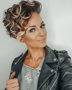 Who Looks Outside, Dreams; Who Looks Ins - Hair Styles - Marecipe Short Curly Weave, Short Curly Haircuts, Hairstyles Haircuts, Cool Hairstyles, Curly Pixie Hairstyles, Curly Hair Drawing, Curly Hair Cuts, Curly Hair Styles, Sassy Hair