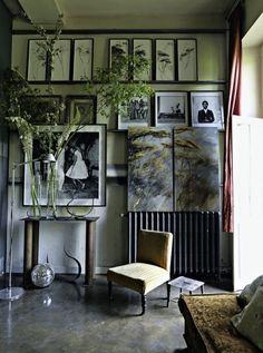 Non lontano da Parigi un'eclettica casa-atelier-giardino.
