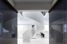 Interior by Co.Studio. Steel stair with a helical form. Wendeltreppe aus Stahl.
