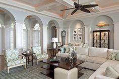 拱門元素演繹著莊園度假的氣息,原木吊扇以及格狀天花板,吐露出度假感,象牙白的空間透過線板的堆疊,以簡約的方式描繪居家美感,呈現美式經典的簡單以及舒適恬淡。 via Ficarra Design Associates