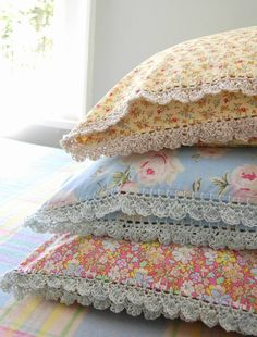 Crochet with linen turkish yarn. Beautiful pillowslips with crochet edging @ Rosehip Sewing Pillows, Diy Pillows, Floral Pillows, Fabric Crafts, Sewing Crafts, Crochet Projects, Sewing Projects, Deco Originale, Linens And Lace