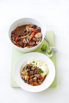 Skinny beef bourguignon: Eating healthily doesn't mean you have to deny yourself delicious food. This skinny beef bourguignon is packed full of classic flavours and is low-calorie. You'll forget you're being virtuous. Low Calorie Recipes, Meat Recipes, Slow Cooker Recipes, Cooking Recipes, Healthy Recipes, Healthy Meals, Free Recipes, Recipe Cover, Steak And Mushrooms