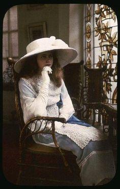,autochrome 1907-Portrait de jeune fille Chouanard Henri (1883-1936)  Alinari archive [autochrome, early color photograph]