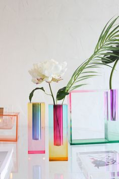The Mellow Splendid Design Vase is the most evolved version of the Mellow series. Indeed, its gradient color mix is more subtle and presents itself as a real rainbow in your interior. one of the contemporary design lovers' favorite pieces. Its design also draws inspiration from Art Print Impressionism in the late 19th century. Really fascinating, it is perfect for those who usetocreate interior arrangements and centerpieces for their homes. Moreover, The Mellow Splendid Design Vase's desi Home Decor Kitchen, Unique Home Decor, Cheap Home Decor, Hallway Decorating, Entryway Decor, Contemporary Vases, Contemporary Design, Design Vase, Interior Minimalista
