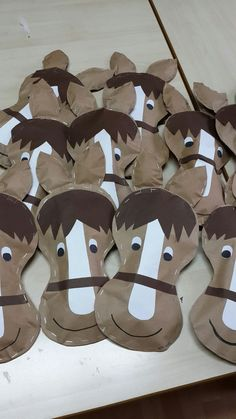 Paper Horse - great for farm or cowboy themed bulletin board. Farm Animal Crafts, Farm Crafts, Vbs Crafts, Daycare Crafts, Camping Crafts, Rodeo Crafts, Art For Kids, Crafts For Kids, Horse Cards