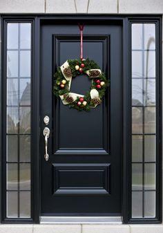 haustüren_moderne-eingangstüren-schwarz-zur-weihnachtszeit-dekorieren