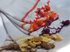 Panos de prato com barrado e frutinhas em miniatura de crochê. R$ 28,00