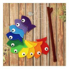 Tel un arc en ciel belle pêche ensemble! Ensemble de jeu de pêche magnétique arc en ciel en feutrine ✿ comprend: -Les poissons arc en ciel coloré 10 -Canne à pêche avec hameçon de pêche magnétique gris + Bonus - sac pour le rangement =) ❀ Chaque poisson feutre a un coeur - aimant à