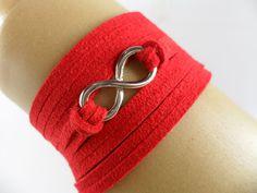 Pulseira confeccionada com pingente infinito e courinho.    Especificações:  Pingente: 2cm - Dourado  Fechamento: amarrar no pulso.  Medidas: Cordão de 80 cm  ...