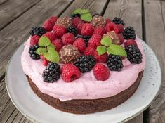 Opskrift på den lækreste chokoladekage med bærskum. Pynt med friske bær, frugt, slik, chokolade eller hvad der ellers lyster.