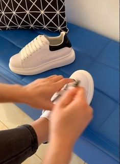 Tie Your Shoes In a New Way Moda Sneakers, Sneakers Mode, Sneakers Fashion, Fashion Shoes, Fashion Outfits, Womens Fashion, Ways To Lace Shoes, How To Tie Shoes, Your Shoes
